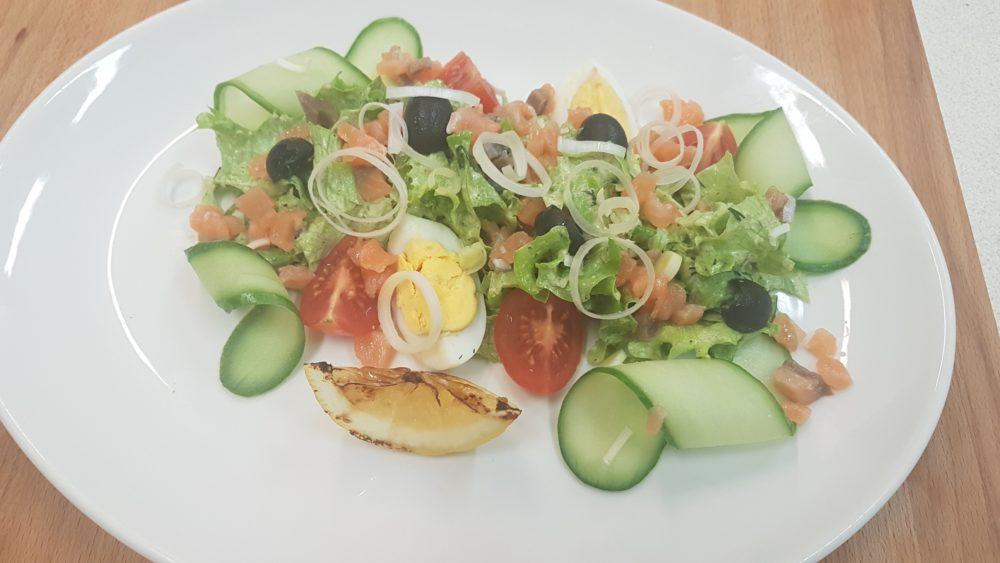 Салат из морепродуктов с соусом тар-тар